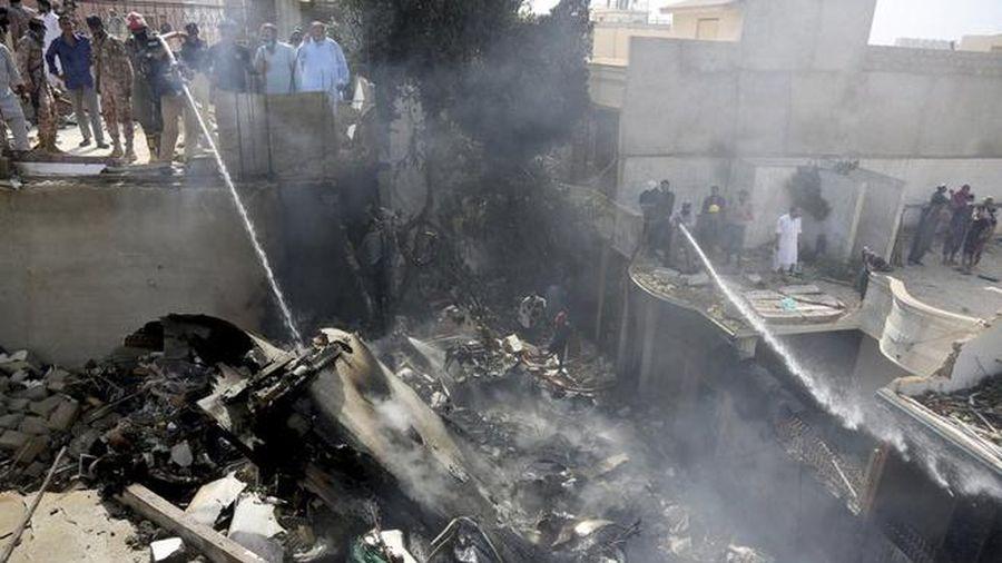 Âm thanh 'như bom nổ' khi máy bay Pakistan lao xuống mặt đất