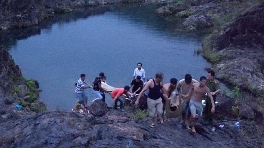 Hai học sinh lớp 12 tắm hồ tử vong