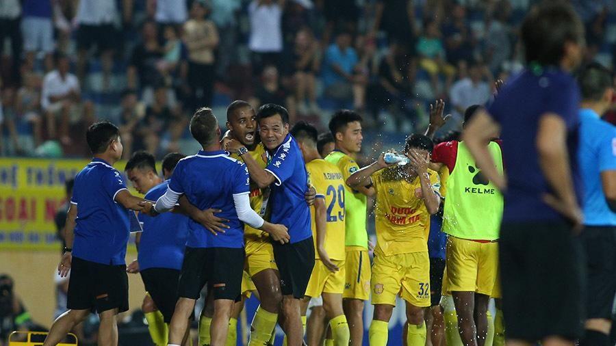 Thua đau Nam Định, HLV HAGL đổ lỗi cho... mặt sân