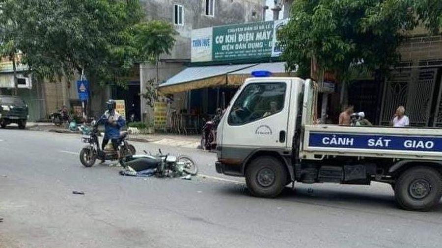 Nghệ An: Hai mẹ con nguy kịch sau cú va chạm với xe CSGT