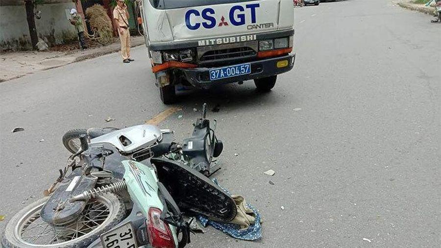Va chạm với xe cảnh sát giao thông, hai mẹ con nguy kịch