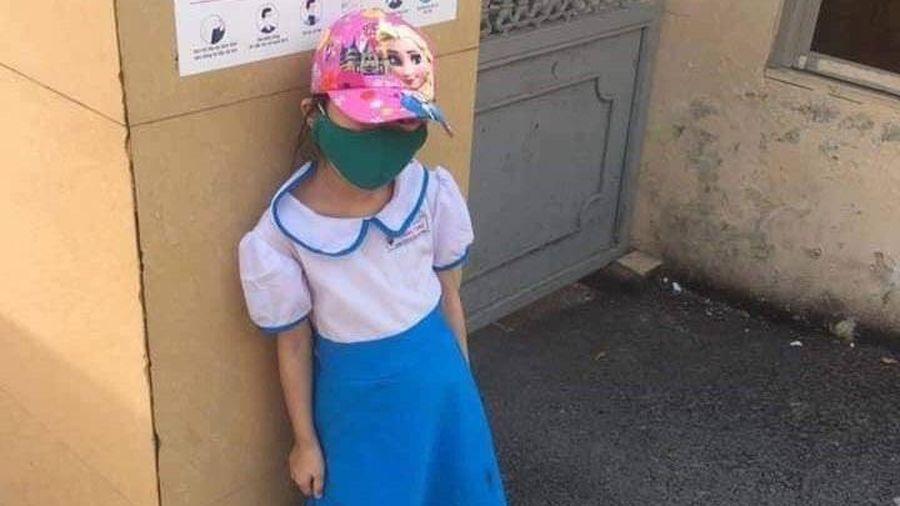 Nhà trường đang kiểm tra clip học sinh đứng nắng ở cổng trường nghi có dấu hiệu 'dàn dựng'