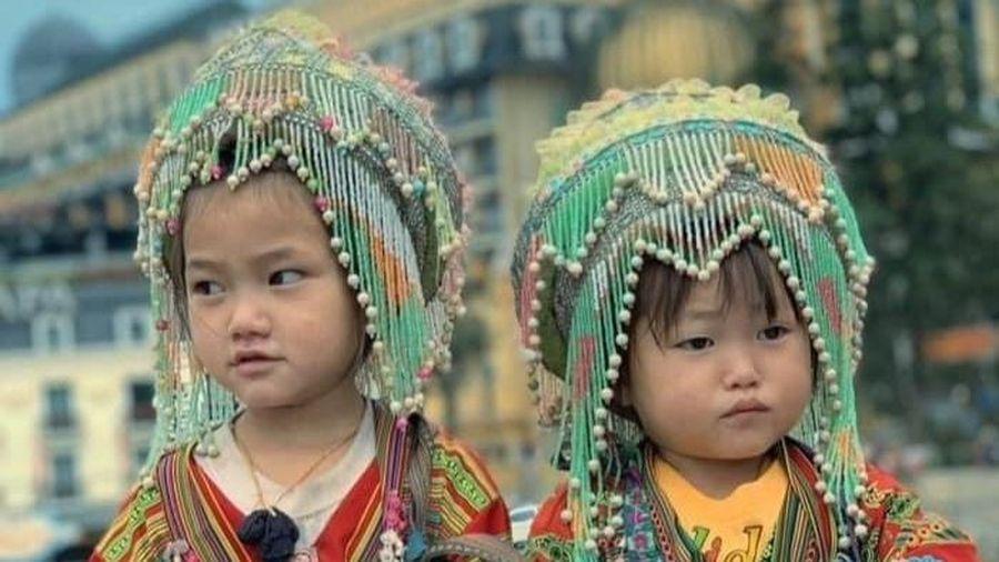 Nụ cười rạng rỡ của 2 cô bé bán hàng rong ở Sa Pa