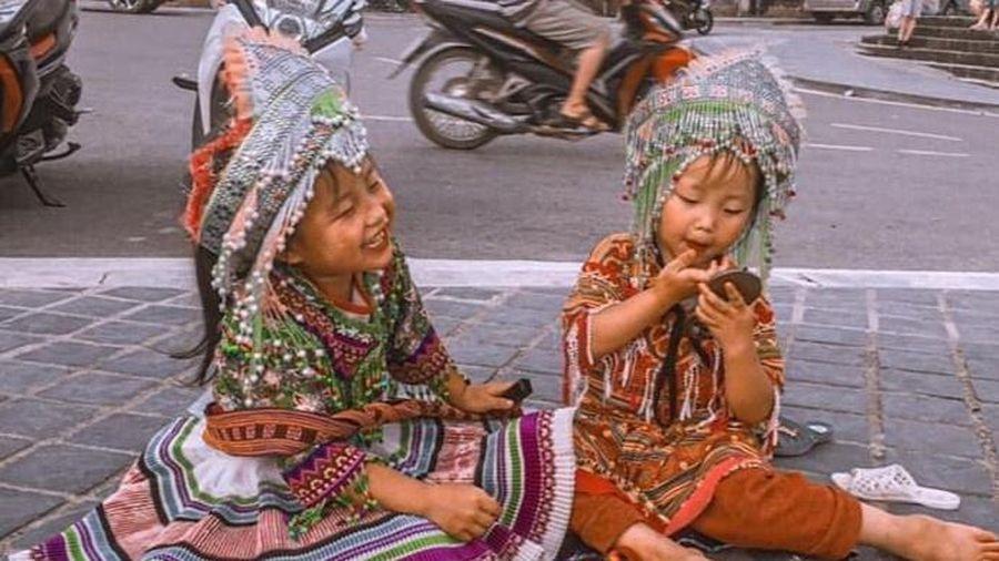 Nụ cười gây thơ của 2 em bé bán hàng rong ở Sa Pa