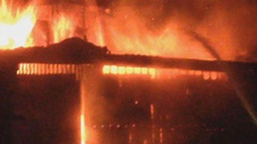 2 cháu bé bị bỏng khắp cơ thể sau nghi án phóng hỏa đốt nhà giữa đêm