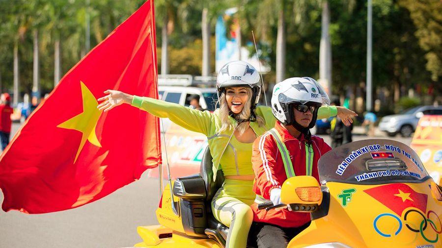 H'Hen Niê cổ vũ đua xe