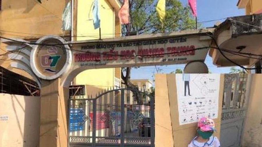 Phụ huynh tố nhà trường bắt học sinh lớp 1 đứng ngoài cổng: 'Clip trên mạng là thật'