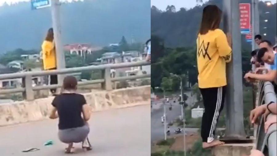Giải cứu cô gái trẻ định nhảy cầu tự tử ở Lào Cai