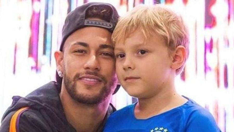 Neymar trêu đùa con trai bằng trò ném trứng