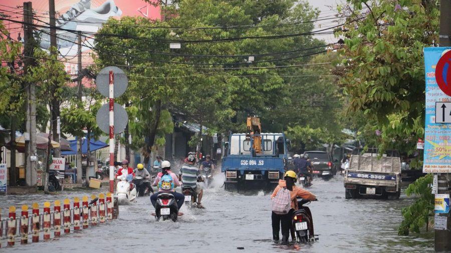 Sau mưa lớn, nhiều tuyến đường ngập sâu, người Cần Thơ bì bõm dắt xe