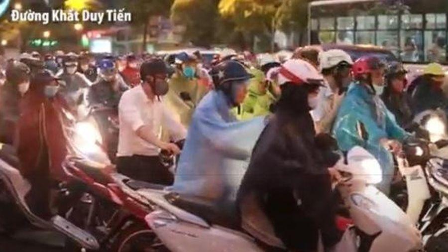 Hà Nội mưa lớn giờ tan tầm, nhiều tuyến đường tắc nghiêm trọng, người dân 'trèo' vỉa hè hối hả về nhà