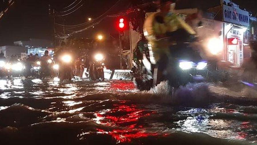 Nhiều tuyến phố Sài Gòn ngập sâu sau trận mưa lớn, người dân chật vật di chuyển về nhà trong đêm
