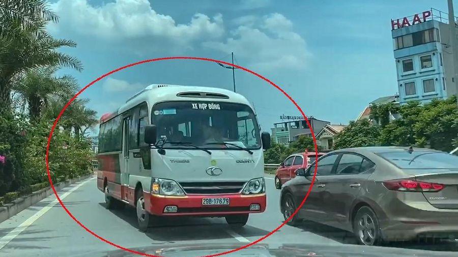 Xe khách hợp đồng bất ngờ quay ngoắt, ngang nhiên đi ngược chiều