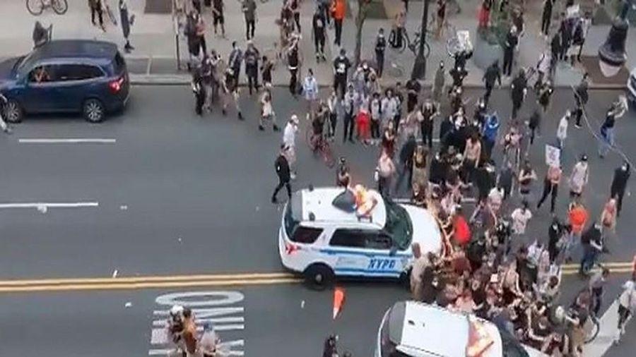 Cảnh sát New York tông xe vào đám đông người biểu tình
