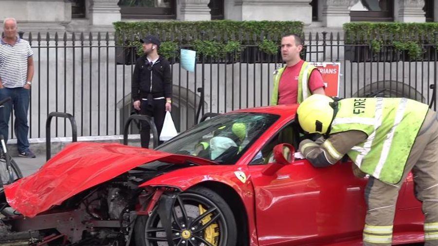 Ferrari 488 GTB gây tai nạn với xe buýt 2 tầng