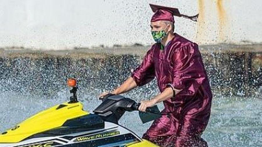 Học sinh lái mô tô nước nhận bằng tốt nghiệp trên biển
