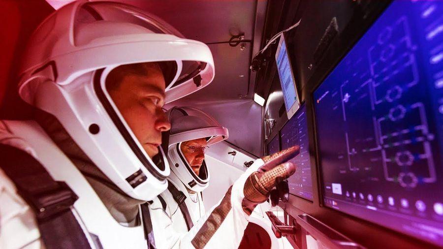 Màn hình cảm ứng trên tàu SpaceX hiện đại như phim viễn tưởng