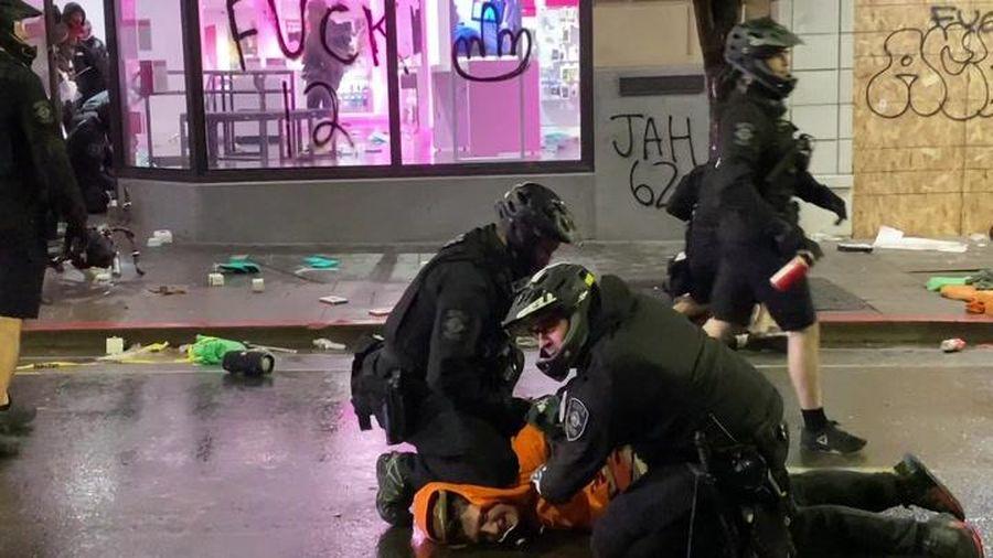 Cảnh sát ngăn đồng nghiệp ghì cổ người biểu tình ở Mỹ