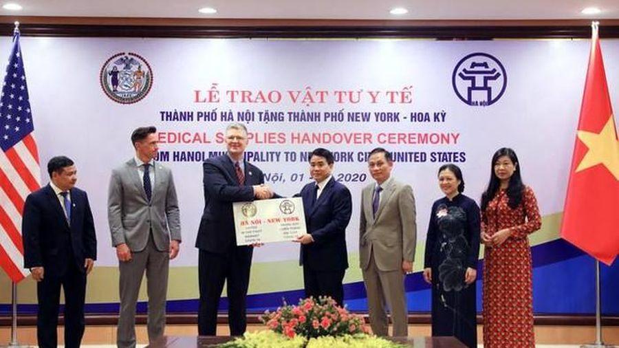TP Hà Nội tặng TP New York vật tư chống dịch Covid -19