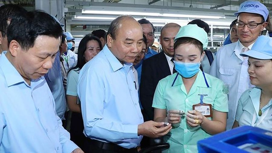 Thủ tướng Nguyễn Xuân Phúc thăm, tặng quà công nhân lao động tại Bắc Ninh