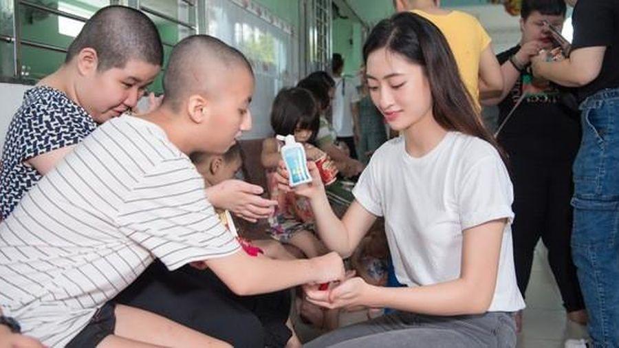 Hoa hậu Tiểu Vy, Lương Thùy Linh tặng quà trẻ mồ côi nhân dịp 1-6