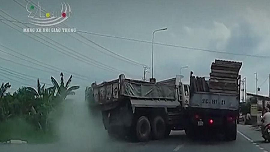 Xe tải mất kiểm soát, gỗ suýt văng trúng người đi đường