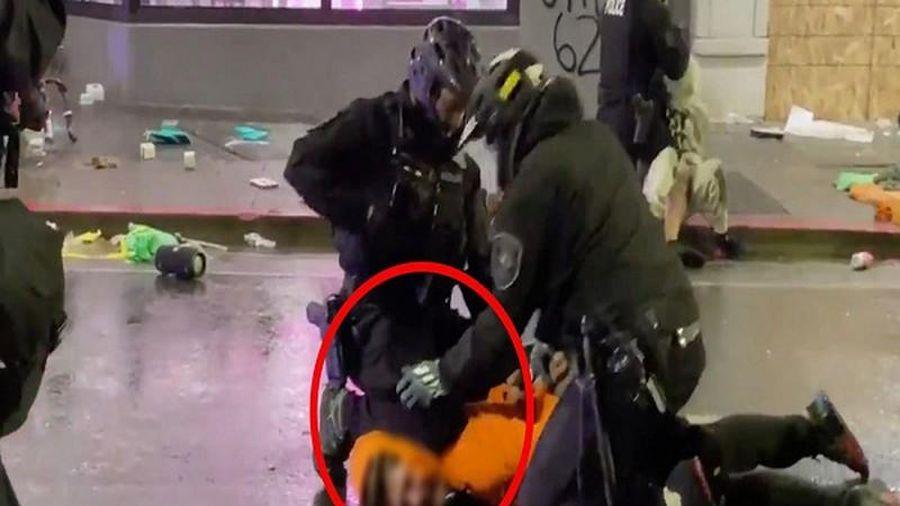 Biểu tình, bạo động ở Mỹ: Cảnh sát lại ghì cổ khi bắt người