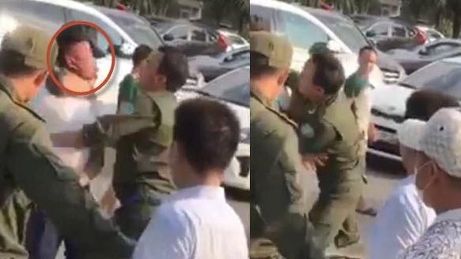Đối tượng nghi là 'cò' taxi nhổ nước bọt vào mặt nhân viên an ninh sân bay Nội Bài