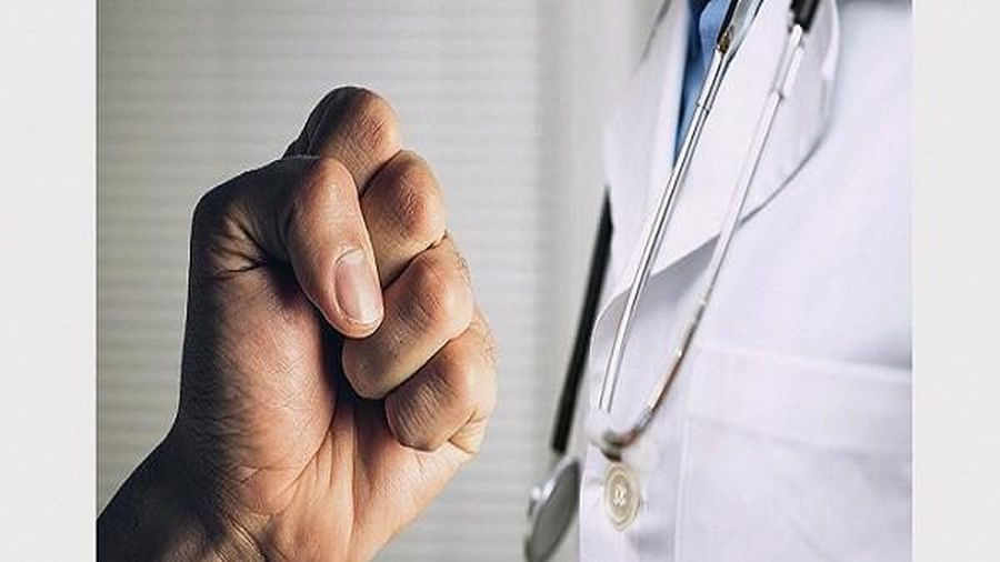 Hình phạt thích đáng cho nhóm đối tượng hành hung bác sĩ