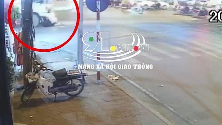 Xe môi trường tông 2 nữ sinh đi xe máy, 1 người thương nặng