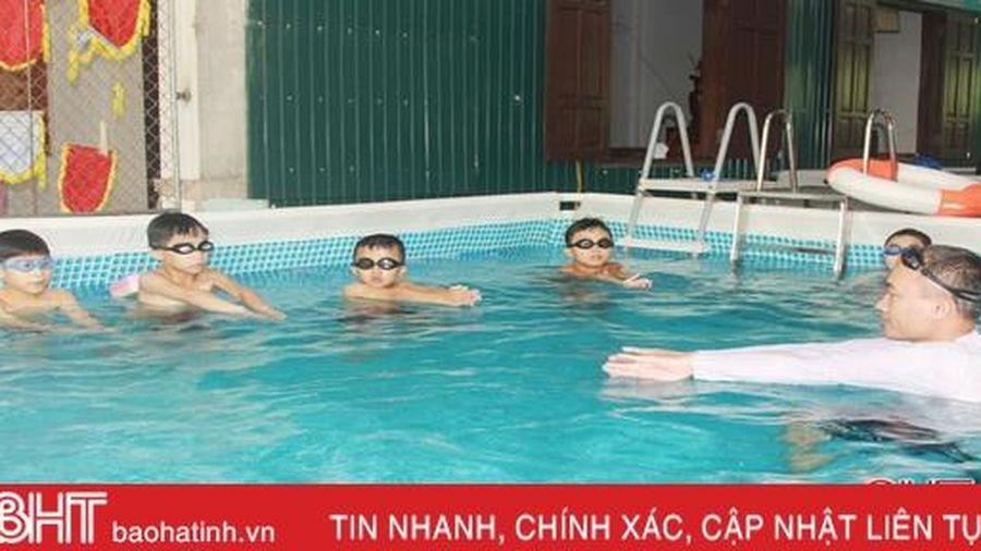 Nắng nóng vào mùa, nhu cầu học bơi ở Hà Tĩnh tăng cao