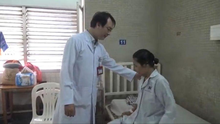 Căng thẳng lấy khối u 8kg khỏi bụng nữ bệnh nhân