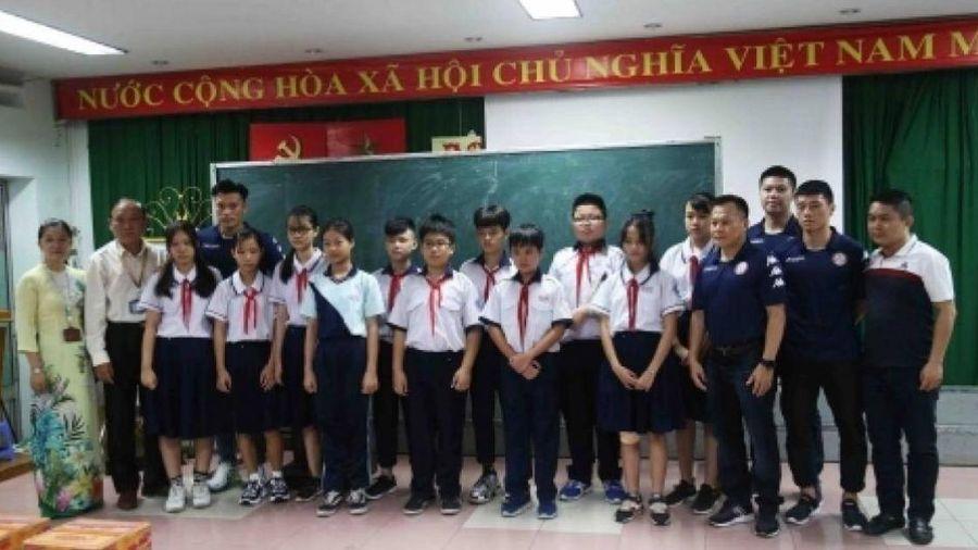 CLB TP.HCM có hành động ý nghĩa với các em học sinh trường Bạch Đằng
