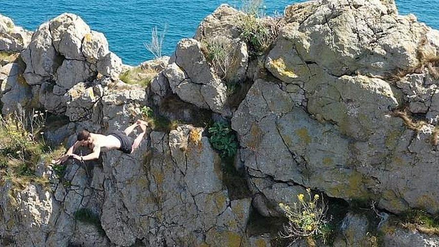 Đứng tim cú nhảy 'tử thần' từ vách đá dựng ngược cao 70 m xuống biển