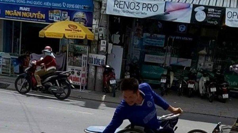 Clip: Cảm động chú chó Phú Quốc xếp hàng nhận gạo thay chủ nhân tật nguyền