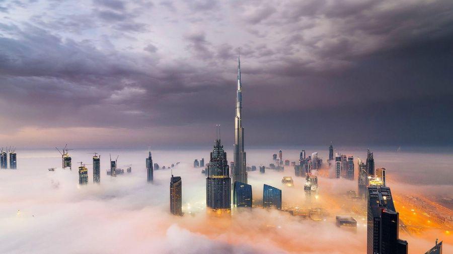 Cảnh tòa nhà cao nhất thế giới xuyên giữa tầng mây
