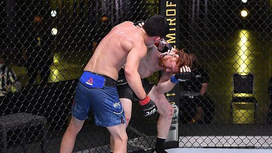 Võ sĩ MMA bị đấm 'vỡ mặt' vì ăn mừng quá sớm