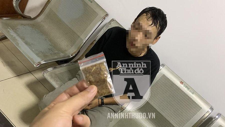 Bị CSCĐ phát hiện gói 'cỏ Mỹ', đối tượng trình bày 'vì em là... thanh niên'