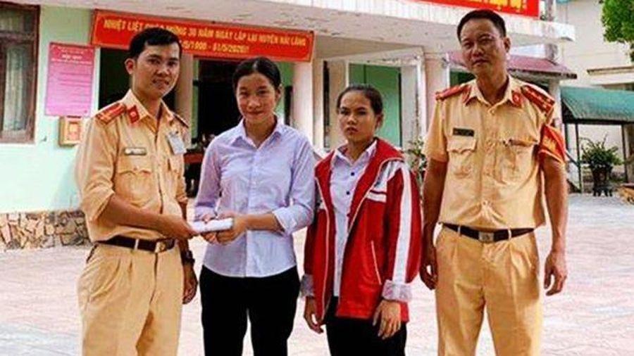 Quảng Trị: 2 học sinh trả lại hơn 50 triệu đồng cho người đánh rơi
