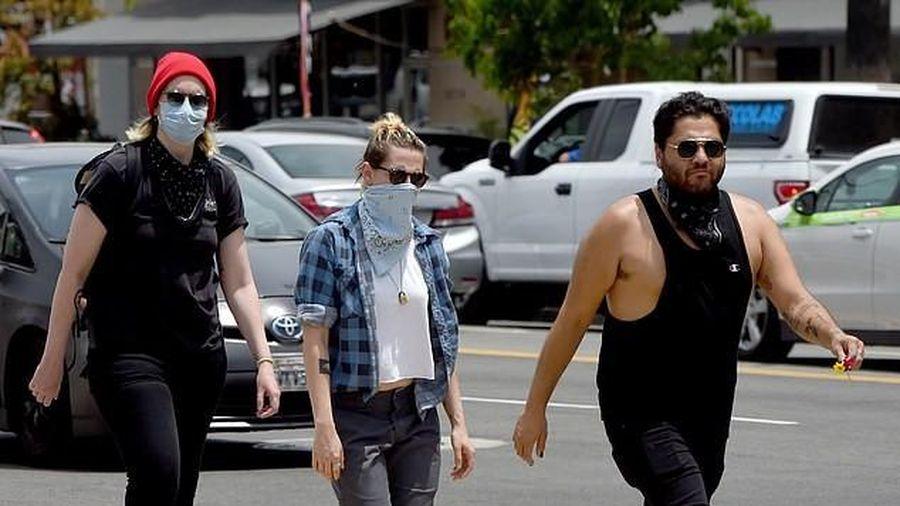Kristen Stewart đeo khẩu trang kín mít ra phố cùng bạn gái đồng giới