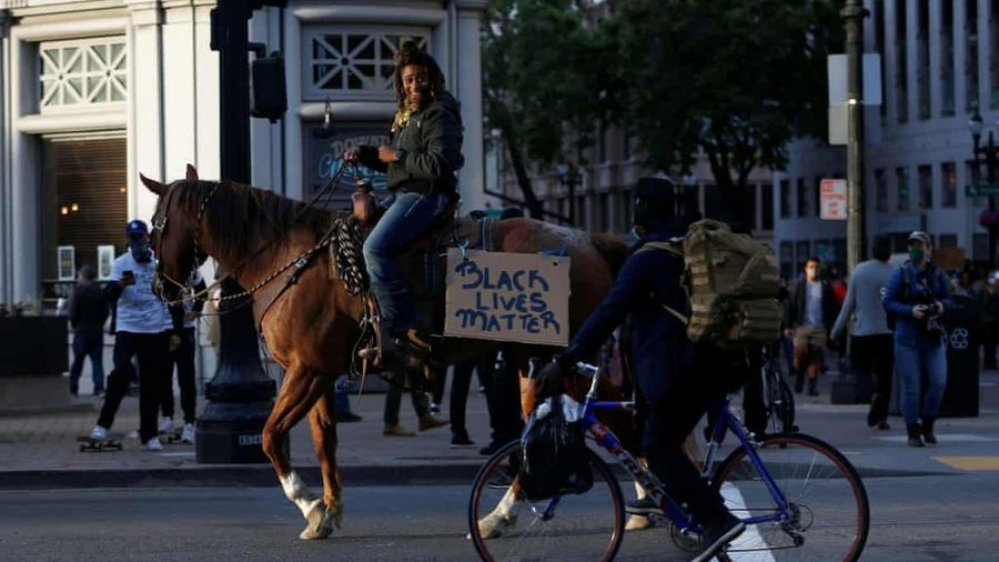 Người phụ nữ da đen gây sốt vì cưỡi ngựa đi biểu tình ở California