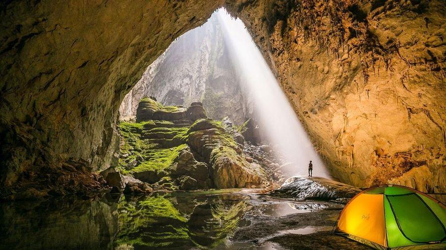 Luồng sáng hiếm hoi chiếu vào hang động lớn nhất thế giới