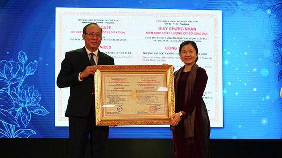 Trường ĐH Văn hóa TP.HCM đón nhận Cờ thi đua Chính phủ