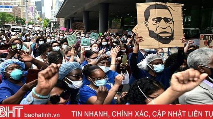 Y, bác sĩ điều trị Covid-19 tại Mỹ tuần hành phản đối phân biệt chủng tộc