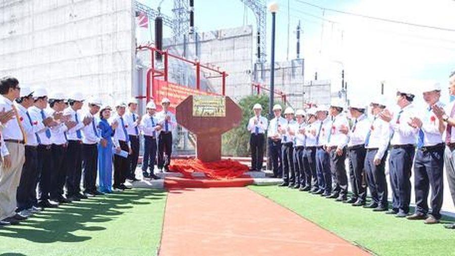 Gắn biển công trình chào mừng Đại hội Đảng bộ EVNNPT tại TBA 500 kV Vĩnh Tân