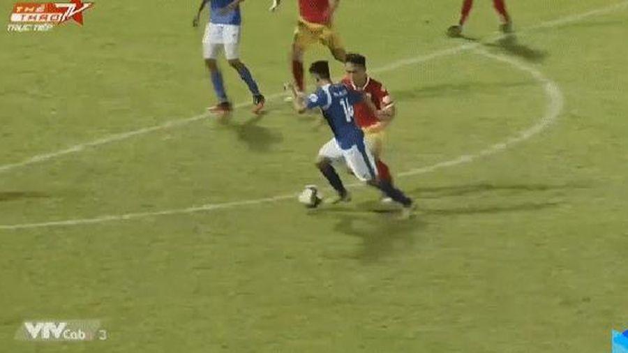 NÓNG: Cầu thủ Quảng Ninh gãy chân kinh hoàng sau pha va chạm đáng quên