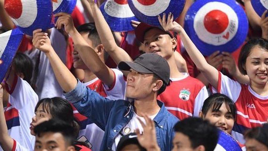 Hình ảnh hiếm gặp: Xuân Trường hòa mình vào hội fan, vẫy nón cổ vũ trận HAGL gặp Hà Nội FC