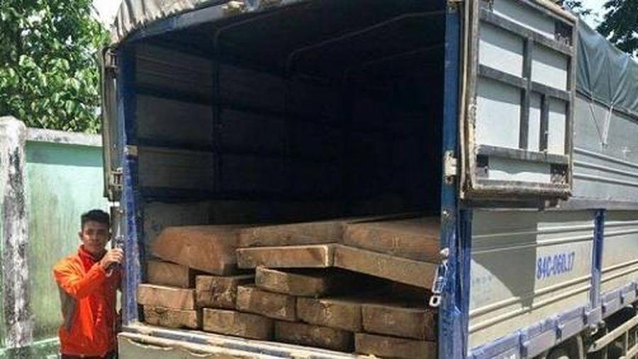 Truy đuổi xe tải chở 40 phách gỗ lậu trong đêm