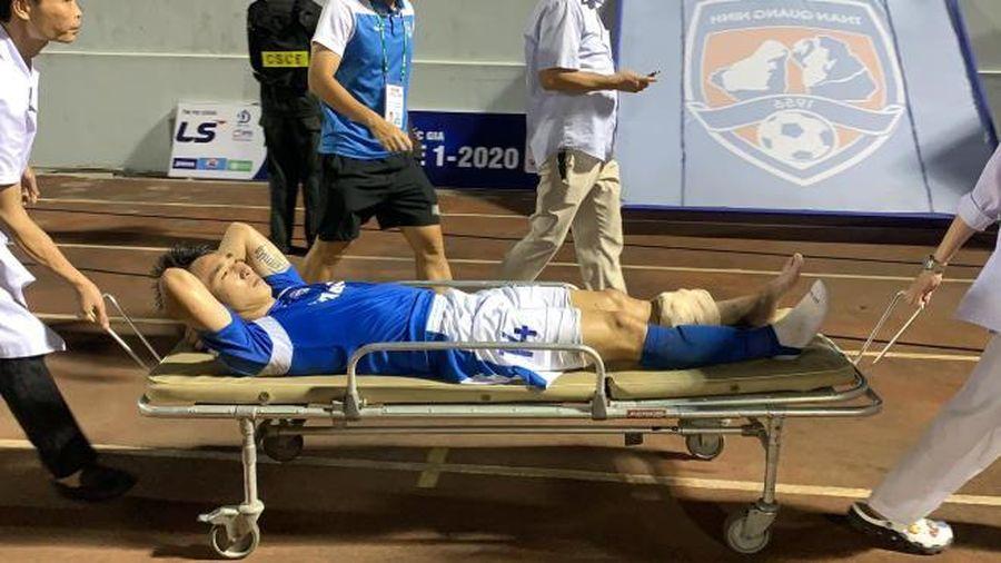 Tiền vệ CLB Quảng Ninh phải rời sân đi cấp cứu sau pha gãy chân