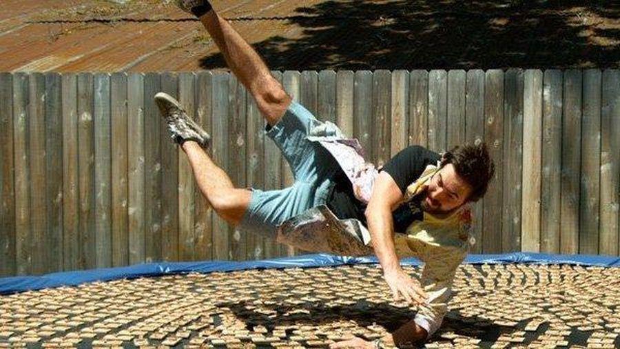Clip: Anh chàng 'to gan' gây sốc khi nhảy vào 1000 cái bẫy chuột
